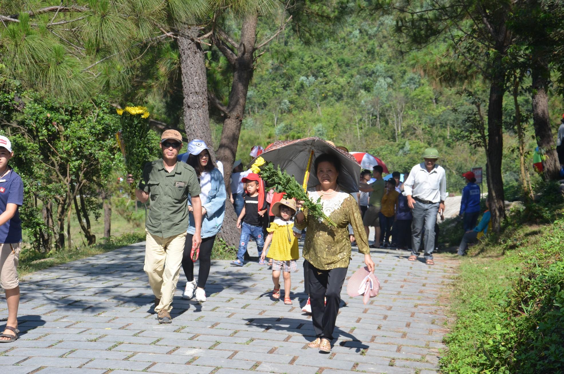 Hàng chục nghìn người viếng mộ Đại tướng Võ Nguyên Giáp trong kỳ nghỉ lễ 3