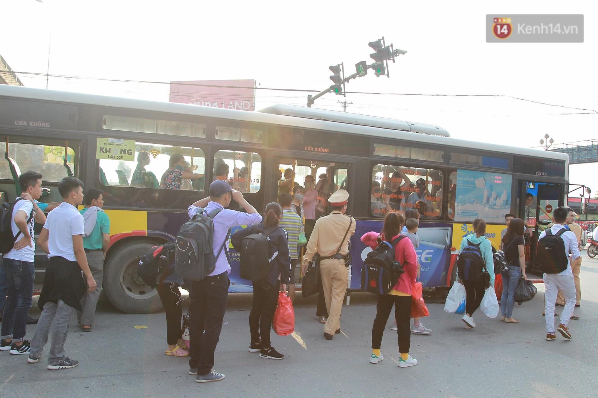 Chùm ảnh: Người dân lỉnh kỉnh đồ đạc, đưa theo con nhỏ trở lại thành phố sau kỳ nghỉ lễ dưới cái nóng oi bức 8