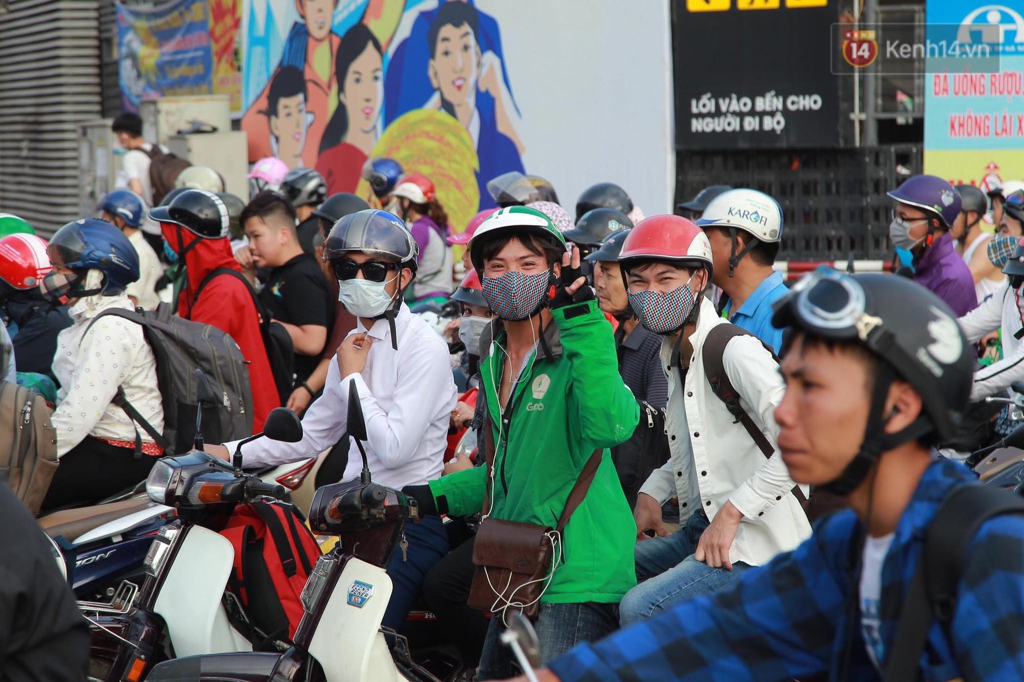 Chùm ảnh: Người dân lỉnh kỉnh đồ đạc, đưa theo con nhỏ trở lại thành phố sau kỳ nghỉ lễ dưới cái nóng oi bức 3