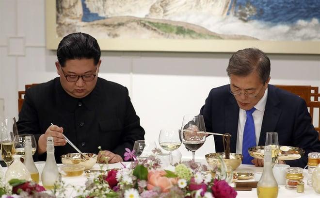 Hậu trường Thượng đỉnh: Tôn trọng đối phương, ông Kim Jong-un lẳng lặng ra ngoài hút thuốc 4