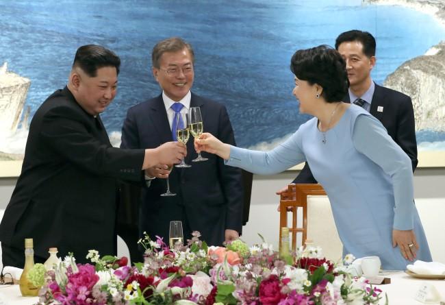 Hậu trường Thượng đỉnh: Tôn trọng đối phương, ông Kim Jong-un lẳng lặng ra ngoài hút thuốc 2