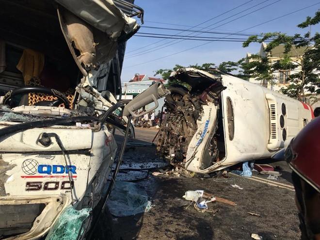 Hiện trường vụ ô tô khách và xe tải lao vào nhau khiến 1 người chết, 9 người bị thương 2