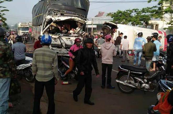 Ô tô khách và xe tải 'đấu đầu' ở Lâm Đồng, 10 người thương vong 1