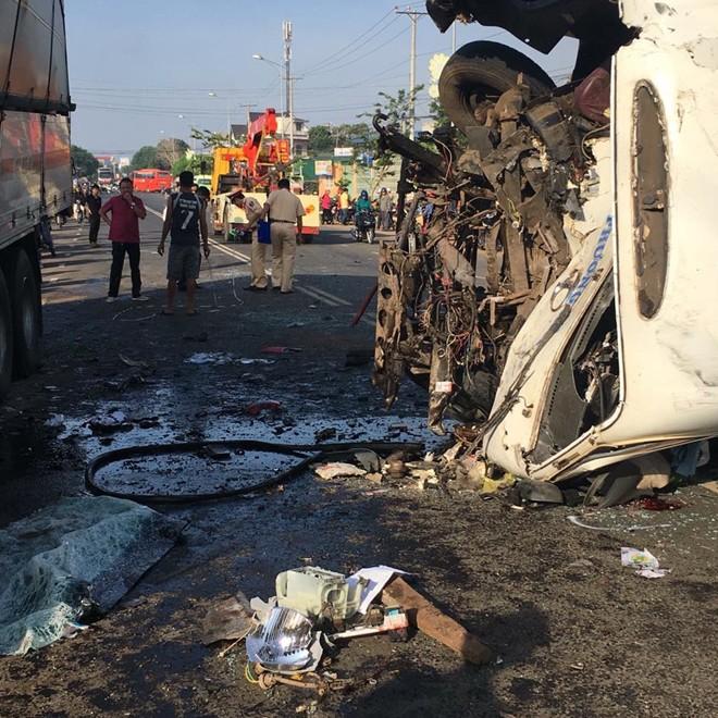 Hiện trường vụ ô tô khách và xe tải lao vào nhau khiến 1 người chết, 9 người bị thương 3