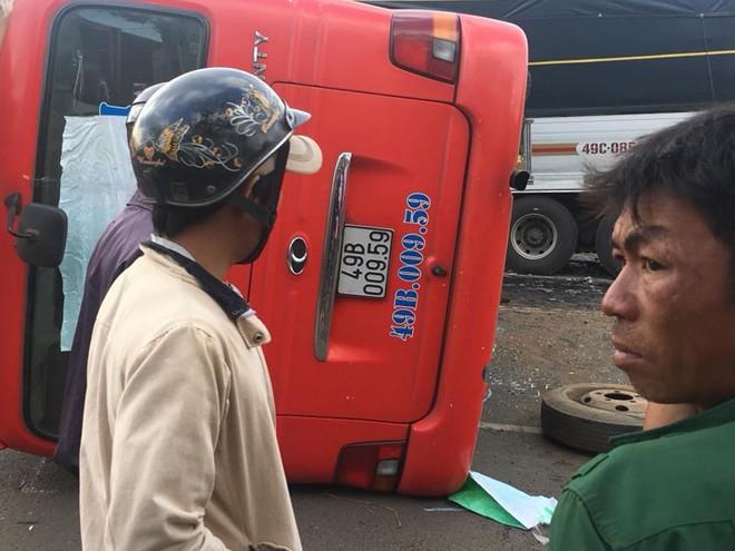 Hiện trường vụ ô tô khách và xe tải lao vào nhau khiến 1 người chết, 9 người bị thương 5