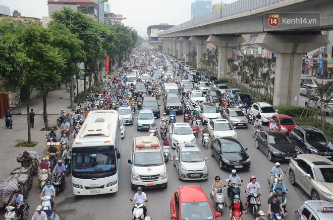 Đường phố Hà Nội tắc nghẽn, hàng ngàn phương tiện bủa vây nhau trong ngày đầu người dân đi làm sau kỳ nghỉ lễ 1