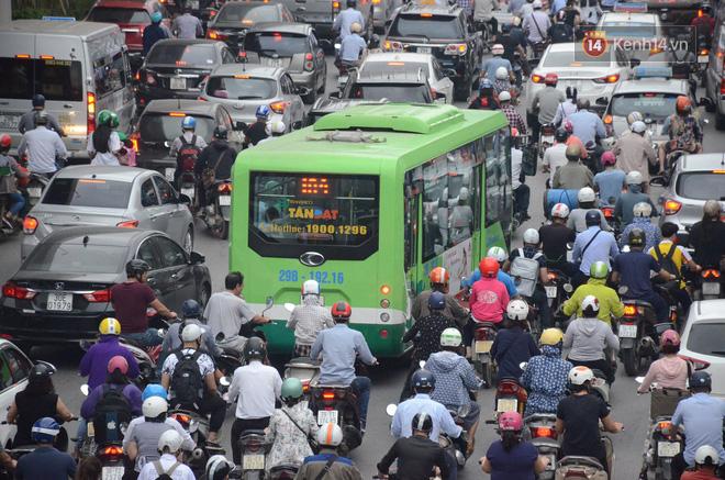 Đường phố Hà Nội tắc nghẽn, hàng ngàn phương tiện bủa vây nhau trong ngày đầu người dân đi làm sau kỳ nghỉ lễ 2