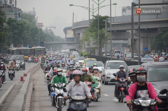 Đường phố Hà Nội tắc nghẽn, hàng ngàn phương tiện bủa vây nhau trong ngày đầu người dân đi làm sau kỳ nghỉ lễ 8
