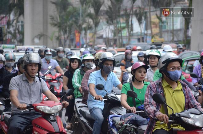 Đường phố Hà Nội tắc nghẽn, hàng ngàn phương tiện bủa vây nhau trong ngày đầu người dân đi làm sau kỳ nghỉ lễ 10