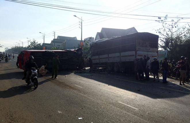 Hiện trường vụ ô tô khách và xe tải lao vào nhau khiến 1 người chết, 9 người bị thương 1
