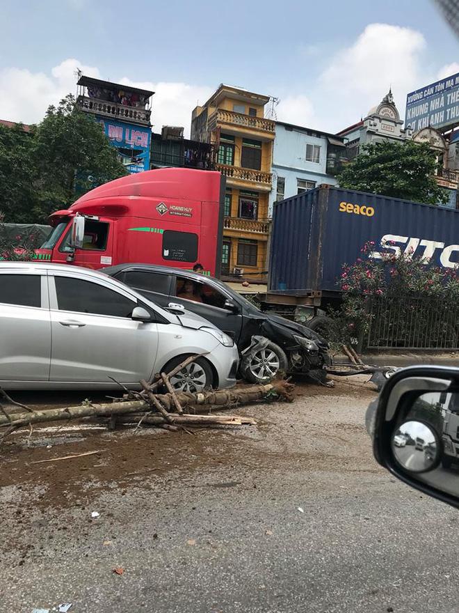 Hình ảnh vụ tai nạn ở quốc lộ 5 khiến dân mạng 'đau đầu' tranh cãi nguyên nhân 2