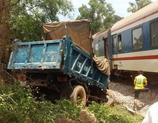 Tàu hỏa đâm nát đầu xe tải, 2 người bị thương nặng - Ảnh 1.
