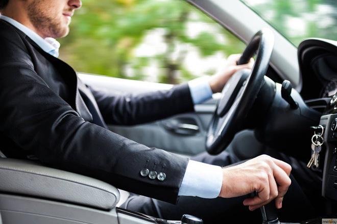 Một lần cho đồng nghiệp nữ đi nhờ xe ô tô, chồng đối mặt với lời đề nghị ly hôn từ vợ 1