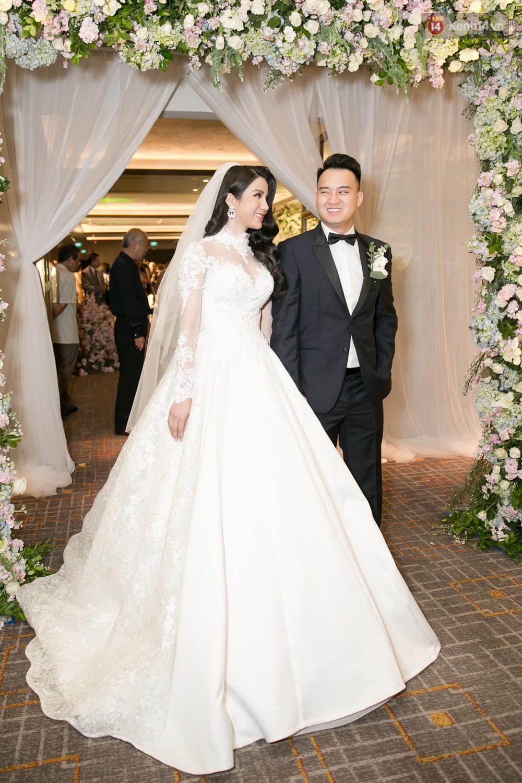 Cường Đô La và bạn gái Đàm Thu Trang cùng nhau đến chúc mừng đám cưới của Diệp Lâm Anh 8