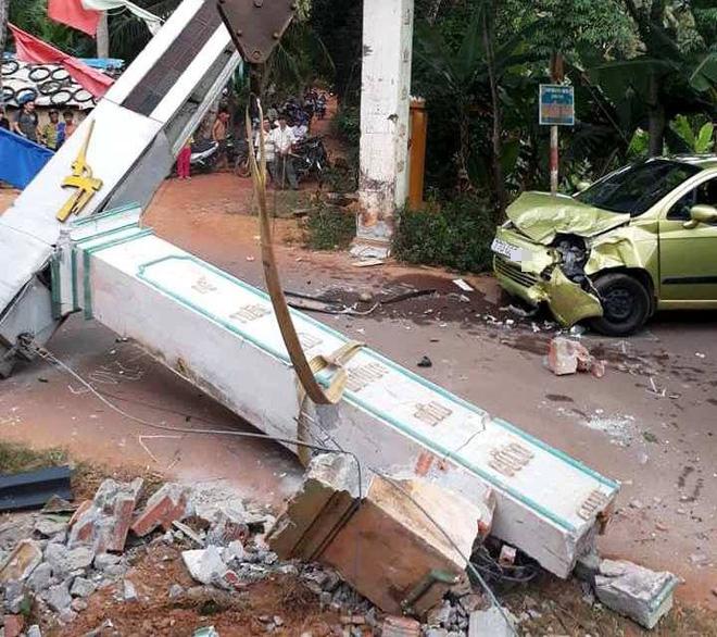 Bình Định: Ô tô 7 chỗ đâm sập cổng chào bê tông, văng ra đường bị ô tô 4 chỗ húc vỡ nát 2