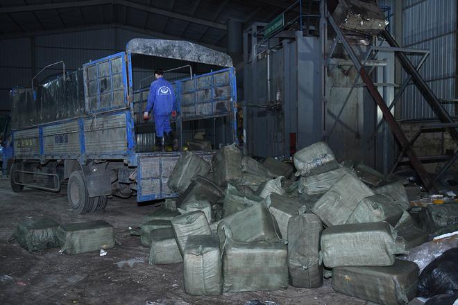 Cận cảnh hơn 10 tấn nầm lợn bốc mùi hôi bị bắt giữ và tiêu hủy ở Hà Nội 1