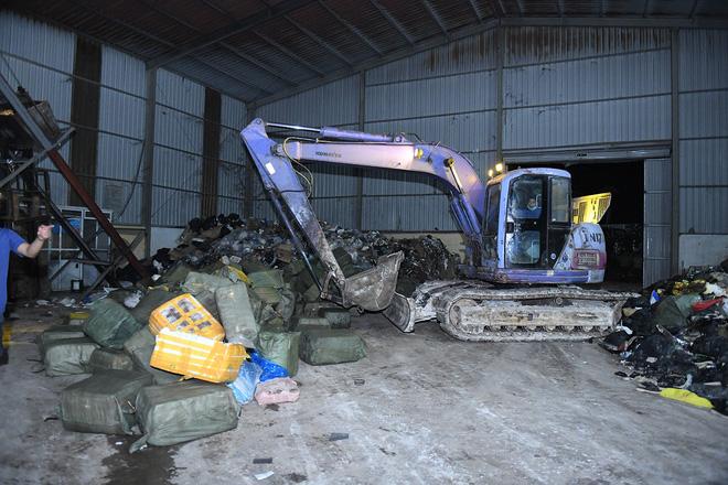 Cận cảnh hơn 10 tấn nầm lợn bốc mùi hôi bị bắt giữ và tiêu hủy ở Hà Nội 9