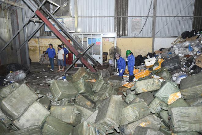 Cận cảnh hơn 10 tấn nầm lợn bốc mùi hôi bị bắt giữ và tiêu hủy ở Hà Nội 10