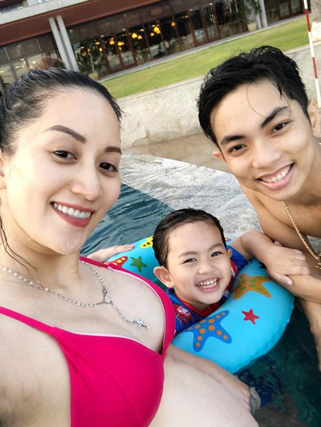 Khánh Thi bầu 8 tháng vẫn diện bikini du lịch cùng chồng con 1
