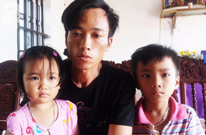 Ánh mắt ngây thơ của 2 đứa trẻ trước di ảnh người mẹ vừa mất vì ung thư, bố mắc bệnh hiểm nghèo 1