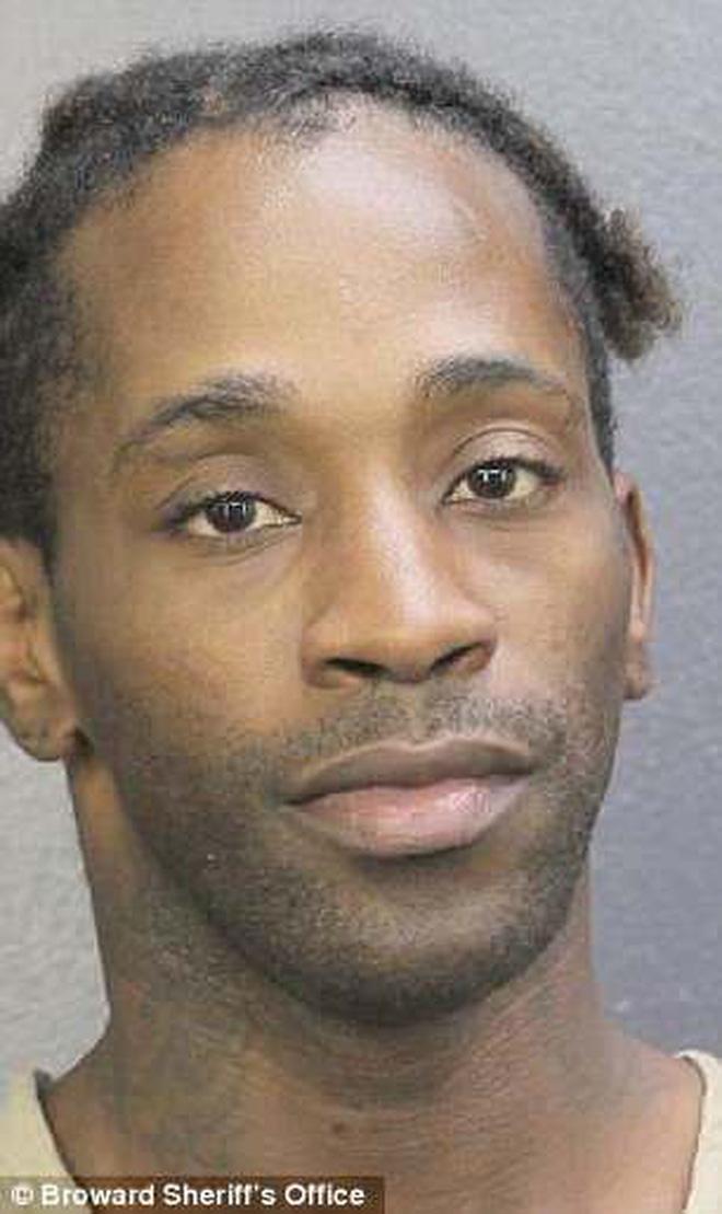 Tên tội phạm độn ngực, đội tóc giả hóa trang thành phụ nữ để tấn công cậu bé 14 tuổi 1