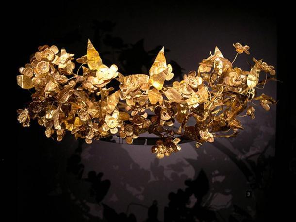 Cất vương miện vàng dưới gầm giường, cả thập kỷ sau mới nhận ra giá trị khổng lồ đằng sau 3