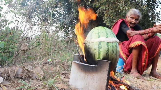 Góc ẩm thực: Gà nhồi vào dưa hấu rồi đem nướng, nghe bất ổn nhưng hóa ra lại là siêu đặc sản - Ảnh 1.