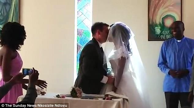 Bị cá sấu cắn đứt một cánh tay, cô gái vẫn quyết tâm làm đám cưới đúng ngày dù phải băng tay hành lễ 5