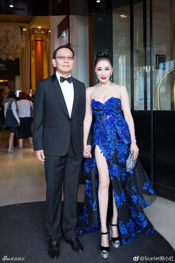 Đến hẹn lại lên: Hoa hậu Quý bà Trung Quốc ngã sõng soài tại thảm đỏ Cannes, cố tình khoe vòng một như muốn 'trào ra' 10