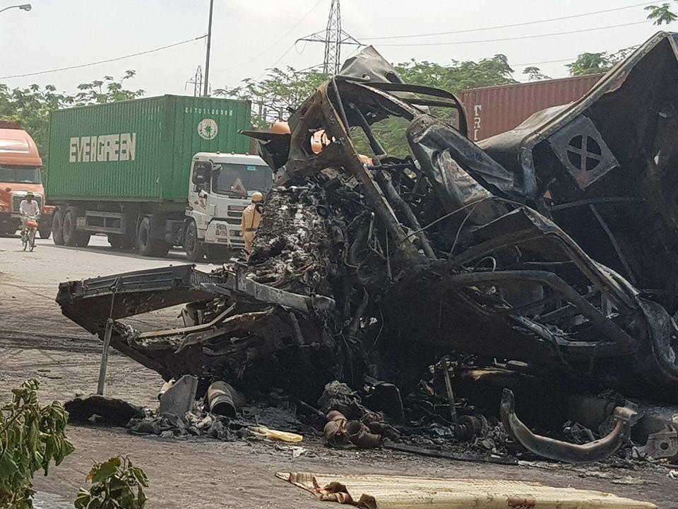 Va chạm kinh hoàng trong đêm, 2 xe container bị thiêu rụi, ít nhất 2 người tử vong 1