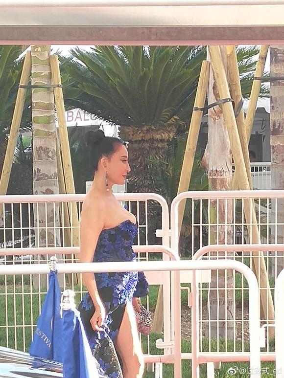 Đến hẹn lại lên: Hoa hậu Quý bà Trung Quốc ngã sõng soài tại thảm đỏ Cannes, cố tình khoe vòng một như muốn 'trào ra' 7