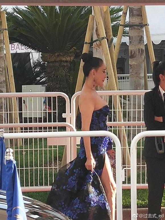 Đến hẹn lại lên: Hoa hậu Quý bà Trung Quốc ngã sõng soài tại thảm đỏ Cannes, cố tình khoe vòng một như muốn 'trào ra' 8