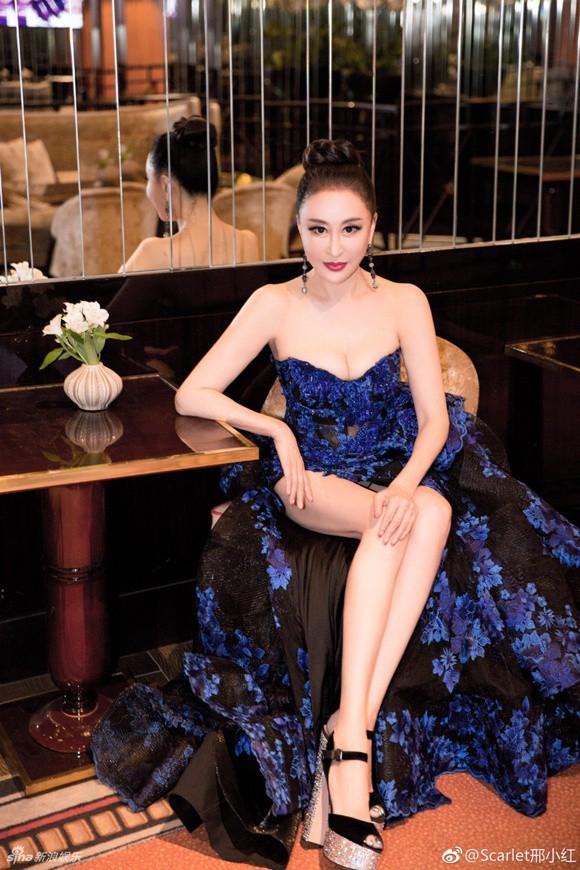 Đến hẹn lại lên: Hoa hậu Quý bà Trung Quốc ngã sõng soài tại thảm đỏ Cannes, cố tình khoe vòng một như muốn 'trào ra' 13