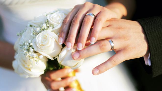 Mua nhẫn cưới rẻ tiền bị nhân viên nói kháy, cô gái chỉ nói 1 câu, đối phương phải xin lỗi 1
