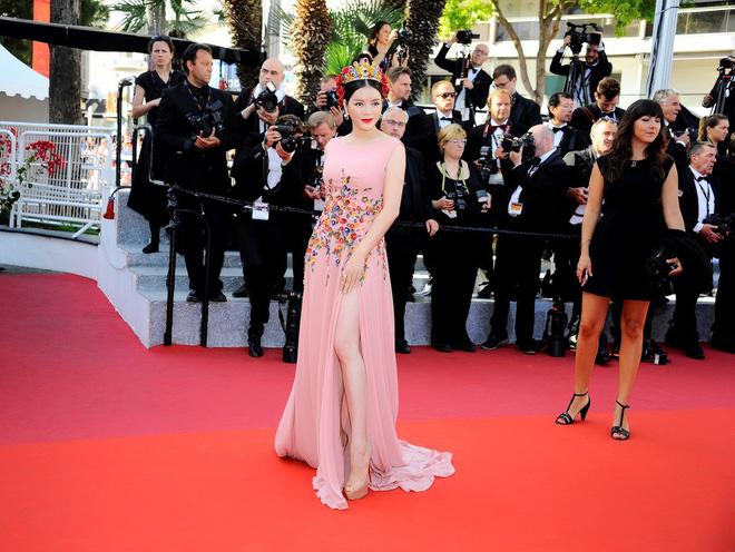 Váy áo lộng lẫy trên thảm đỏ Cannes nhưng Lý Nhã Kỳ vẫn 'tay xách nách mang' mắm ruốc xào thịt sang tận trời Tây 8