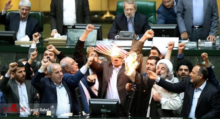"""Nghị sĩ Iran đốt cờ Mỹ trước quốc hội, hô vang """"cái chết dành cho nước Mỹ"""" 1"""