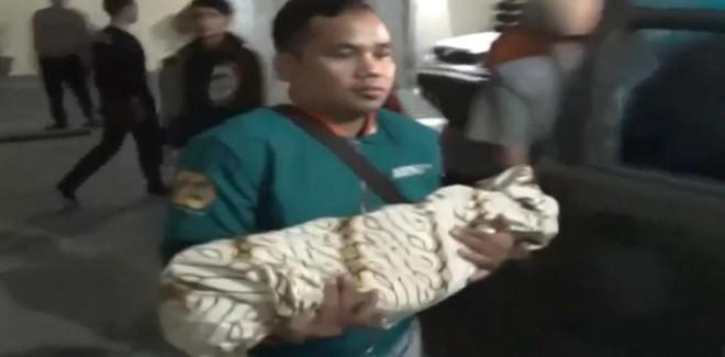 Indonesia: Con trai 4 tuổi thiệt mạng vì bị bố 'cắn yêu' 2