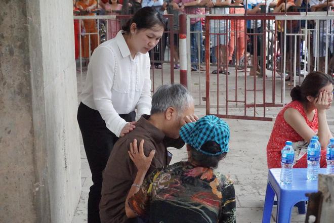 Con trai suy sụp vì không cứu được mẹ già sau hỏa hoạn thiêu rụi căn biệt thự bán chăn ga gối đệm 6