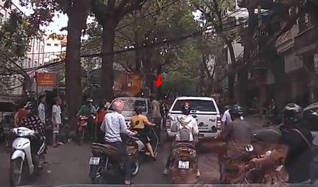 Hà Nội: Thanh niên Tây đấm vỡ kính ô tô đi ngược chiều sau một hồi cãi vã với tài xế 1