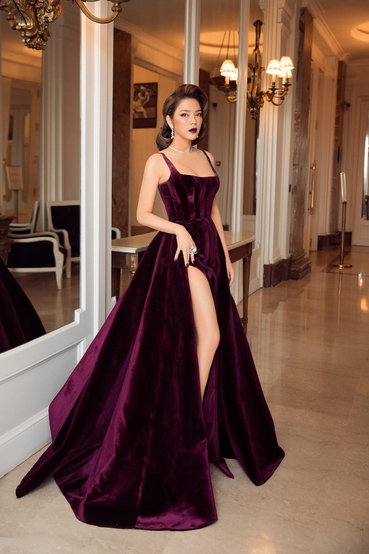 Ngày 3 lên thảm đỏ Cannes, Lý Nhã Kỳ chuyển hẳn sang tông tím từ váy áo đến makeup chuẩn quý cô thập niên 80 13