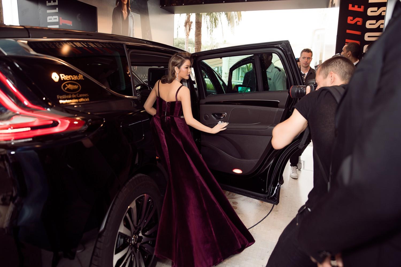 Ngày 3 lên thảm đỏ Cannes, Lý Nhã Kỳ chuyển hẳn sang tông tím từ váy áo đến makeup chuẩn quý cô thập niên 80 1