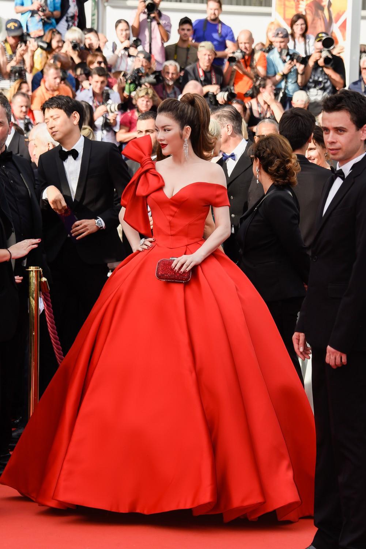 Ngày 3 lên thảm đỏ Cannes, Lý Nhã Kỳ chuyển hẳn sang tông tím từ váy áo đến makeup chuẩn quý cô thập niên 80 15