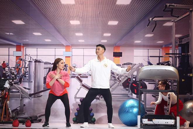 Kỳ Duyên mặc gợi cảm, tập thể dục 'khêu gợi' trên truyền hình 4