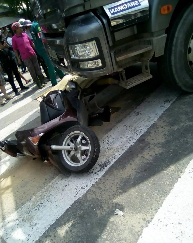 Hình ảnh Đau lòng cảnh mẹ bị xe tông chết bên cạnh con 12 tuổi nguy kịch sau khi từ bệnh viện về số 2