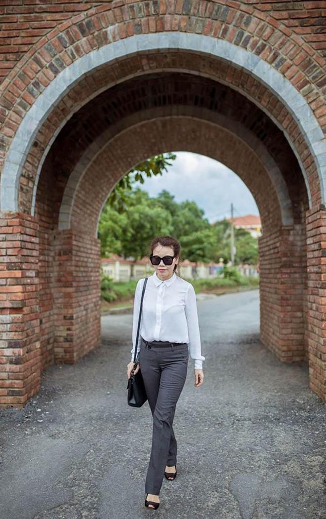 Dù đã ngoài 60 nhưng mẹ của Hà Hồ vẫn diện váy maxi, quần jeans và giày cao gót thời thượng chẳng kém con gái 17