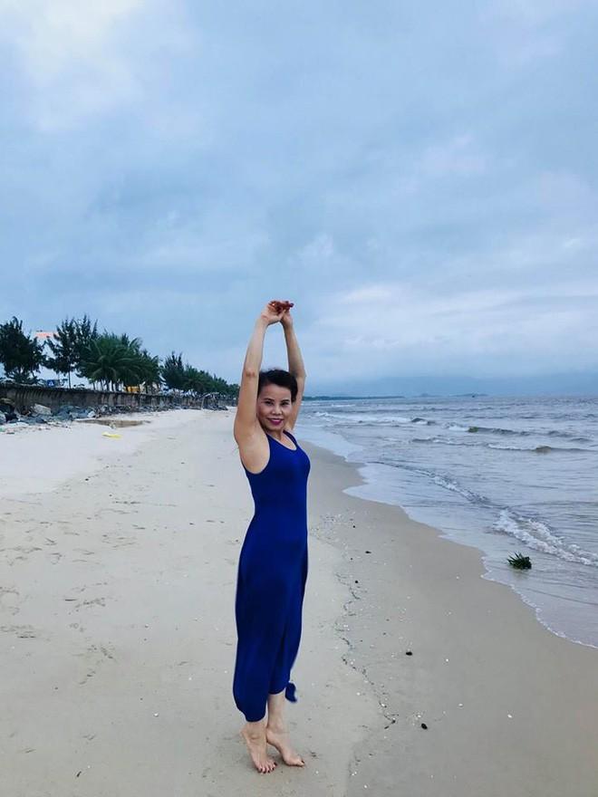 Dù đã ngoài 60 nhưng mẹ của Hà Hồ vẫn diện váy maxi, quần jeans và giày cao gót thời thượng chẳng kém con gái 4