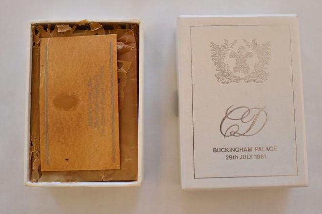 Nhiều năm trôi qua, bánh cưới từ 5 đám cưới Hoàng gia Anh sắp được đem ra đấu giá, bạn sẽ bất ngờ với giá trị thật của 1 miếng bánh 5