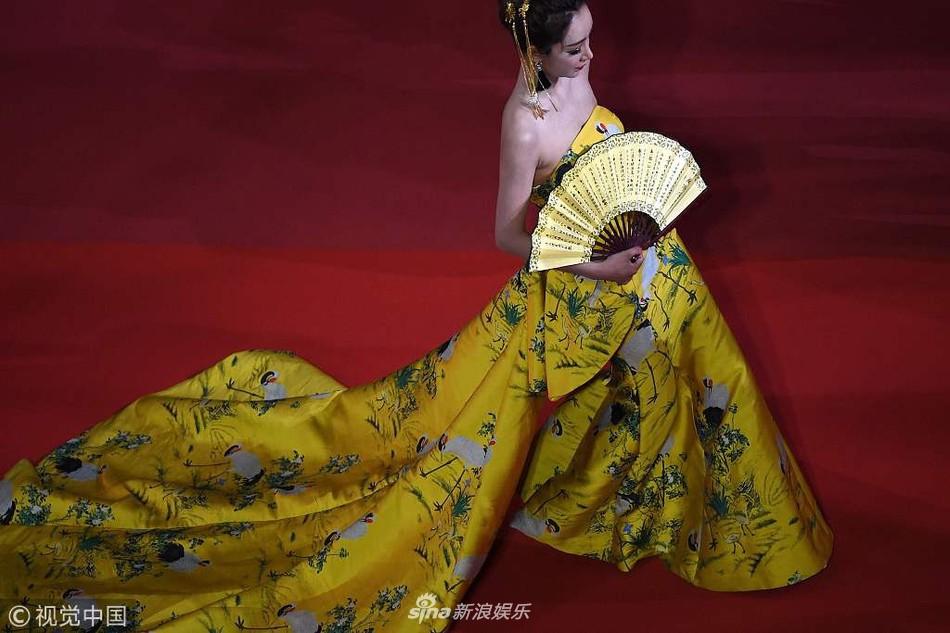 Khi thảm đỏ Cannes trở thành 'cái chợ' của những mỹ nhân Âu - Á không ai biết tên 'bon chen' bằng được 9