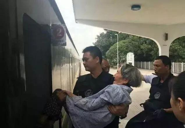 Cụ bà 80 tuổi thiếu giấy tờ nên không được lên tàu, sĩ quan cảnh sát đã làm một việc khiến tất cả mọi người cảm động 3