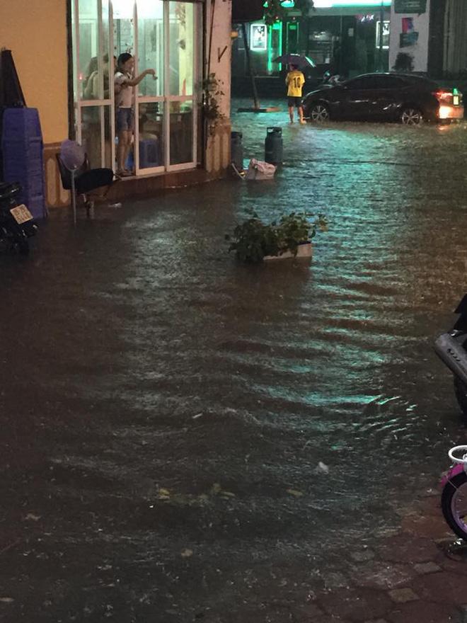 Chùm ảnh: Giao thông Hà Nội tê liệt vì ngập sâu, ô tô, xe máy chết máy hàng loạt. 6